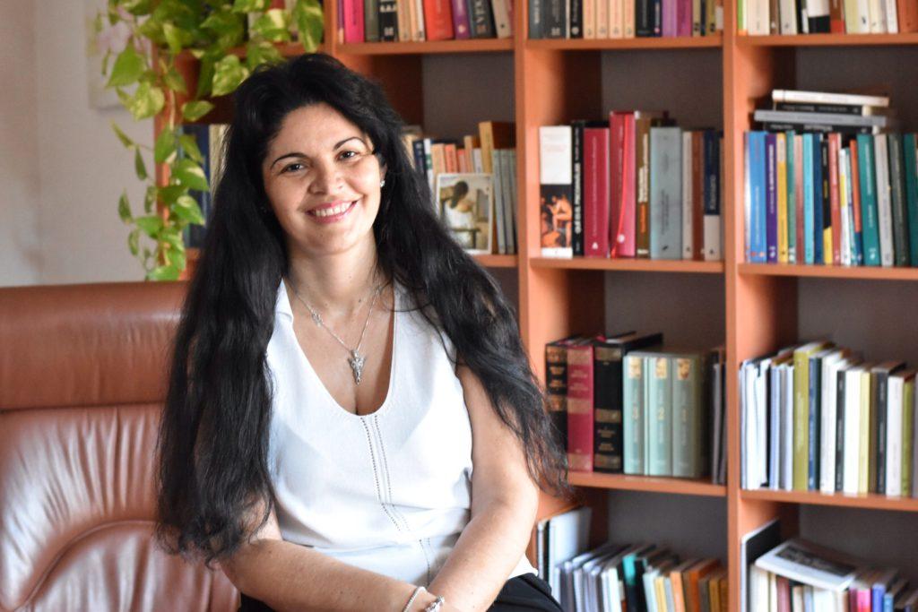 Fotografía de Elisa Peinado en su despacho de psicóloga en Zaragoza
